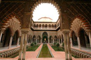 Il cortile delle fanciulle nell'Alcazar di Siviglia.