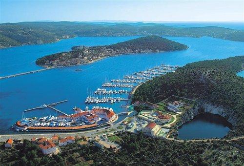 Un magnifico porto sulla costa della Dalmazia.