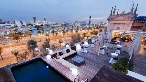 Vista su Barcellona da un romantico albergo vicino al porto.
