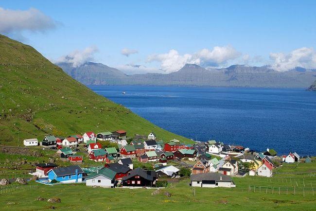 Panorama di villaggio alle Far Oer.