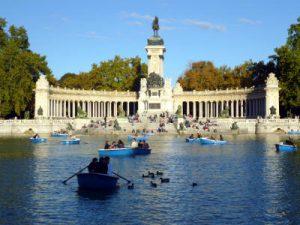 Divertimento in barca al Parco del Retiro di Madrid.