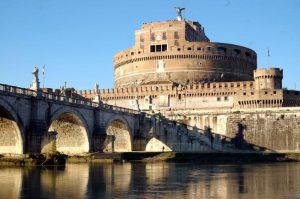 Castel Sant'Angelo a Roma, sul tevere con veduta di Ponte Sant'Angelo.