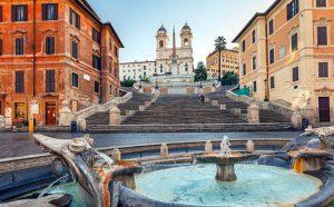 Piazza di Spagna con la celebre scalinata.