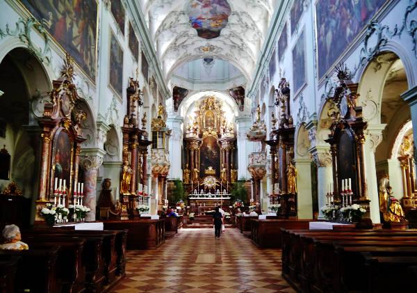 L'interno meravigliosamente decorato dell'abbazia di San Pietro di Salisburgo, in Austria.