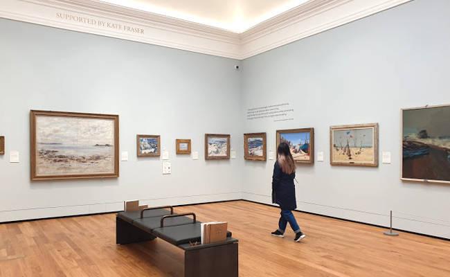 Una delle sale di esposizione della Aberdeen Art Gallery.