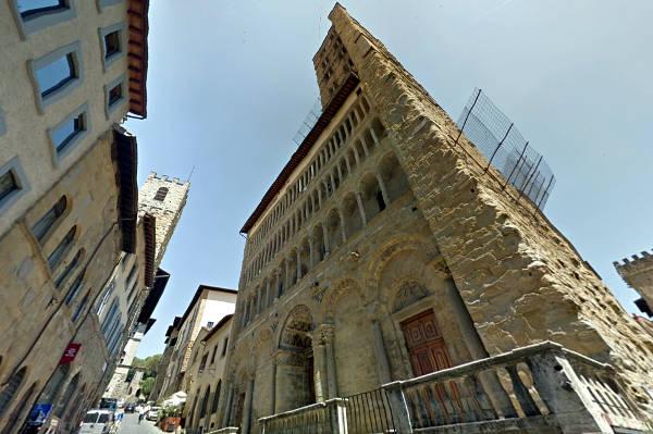 Frontale di Santa Maria della Pieve ad Arezzo.