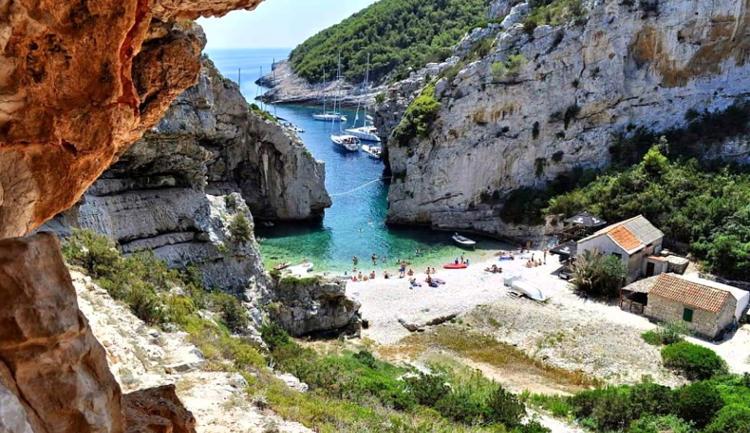 La spiaggia nella baia di Stiniva, isola di Vis in Croazia.