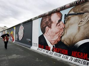 Celebri graffiti sul muro di Berlino, a East Side Gallery.