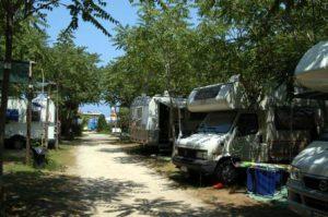In campeggio con camper e roulotte.