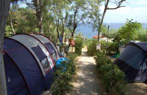 Campeggio vicino al mare.