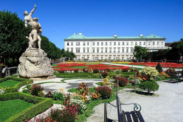 Il Castello Mirabell con i giardini da visitare a Salisburgo.