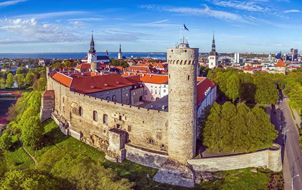 Il castello sulla collina di Toompea a Tallinn, con la torre Hermann in primo piano.