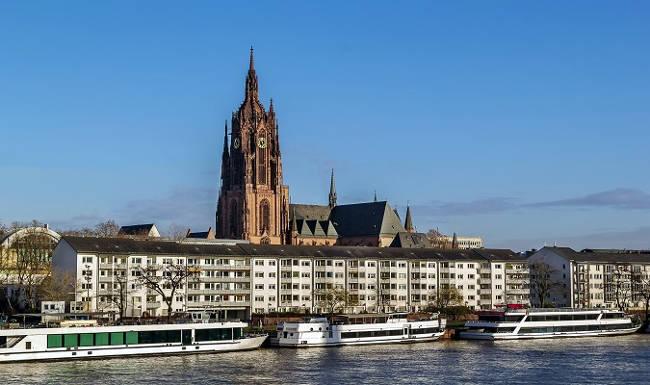 La Cattedrale Imperiale di San Bartolomeo a Francoforte spicca sulla città con la sua alta torre.