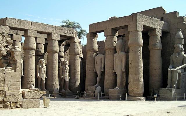 Colonnato e statue nel tempio di Luxor.