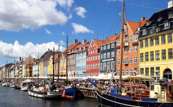 Un'immagine tipica di Copenhagen con le case e le barche di Nyhavn.
