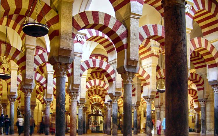 L'interno della Mezquita di Cordoba, una città spagnola da visitare in Andalusia.