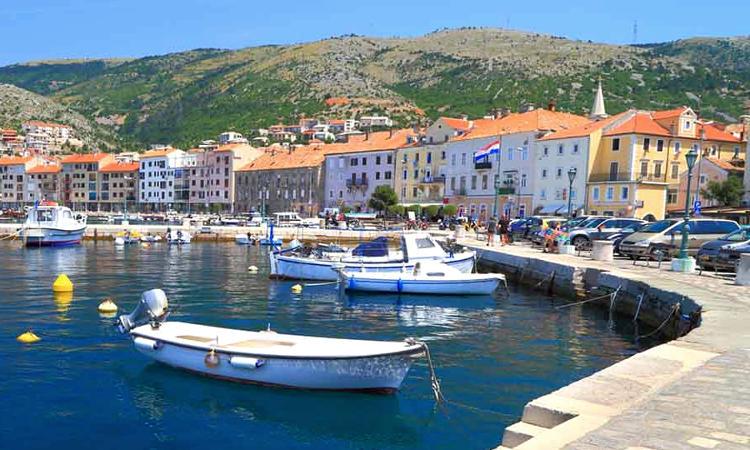 villaggio sulla costa della croazia.