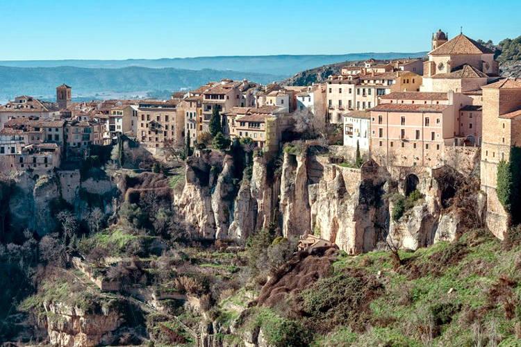 Cuenca con le sue case sospese sulla gravina, un luogo da visitare.