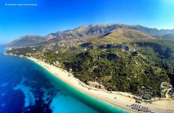 La bellissima spiaggia e il mare di Dhermi in Albania.