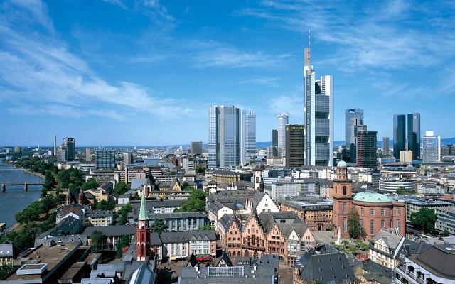 Torri e grattacieli di Francoforte sul Meno (Germania) che sovrastano gli antichi edifici da vedere in città.