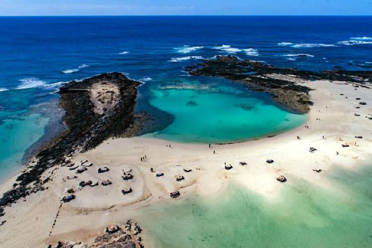 Una spiaggia di Fuerteventura per passale vacanze alle Canarie.