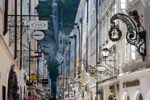 Getreidegasse, la via dello shopping di Salisburgo.