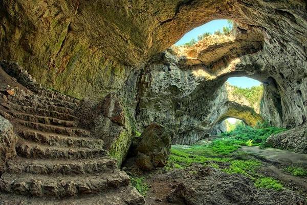 La spettacolare grotta naturale Devetashka in Bulgaria.