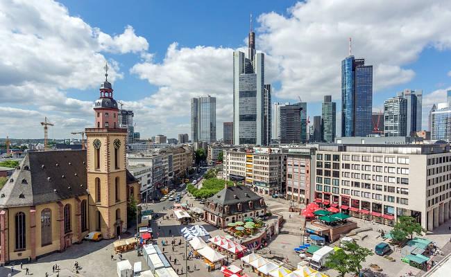 Hauptwache, con l'antico edificio che dà il nome alla piazza e la Chiesa di Santa Caterina.