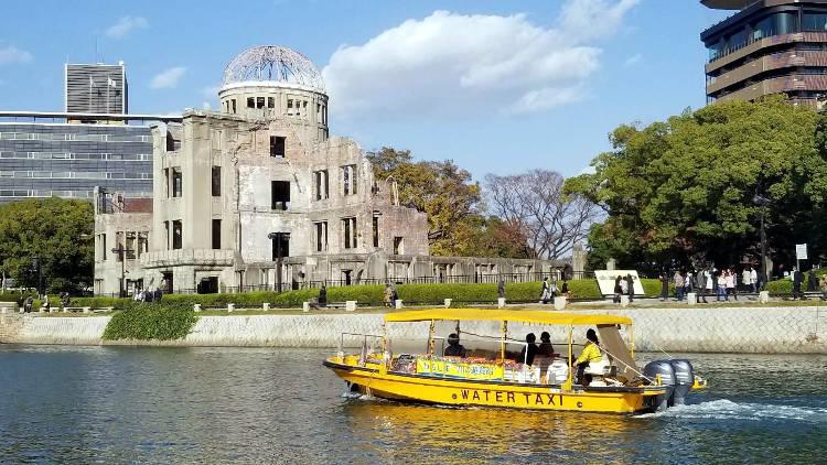 Ammirare gli edifici sopravvissuti a Hiroshima in barca.