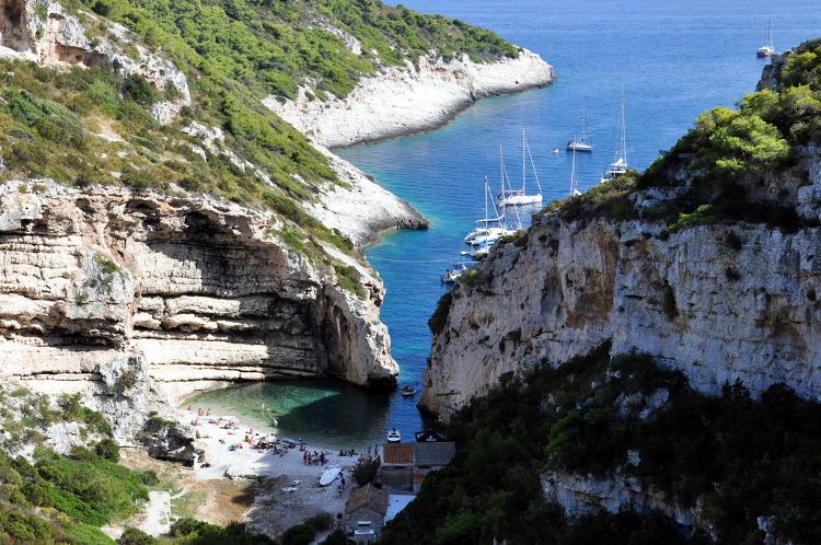 Spiaggia a Vis in Croazia.