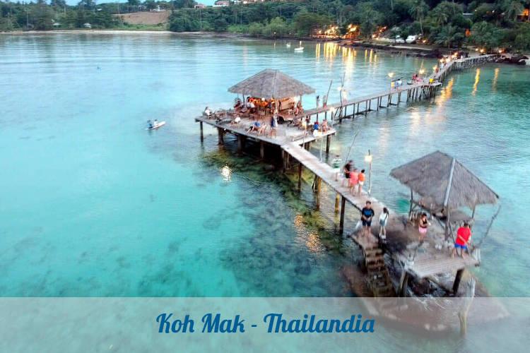Mare meraviglioso su un'isola tranquilla per un viaggio rilassante in Thailandia.