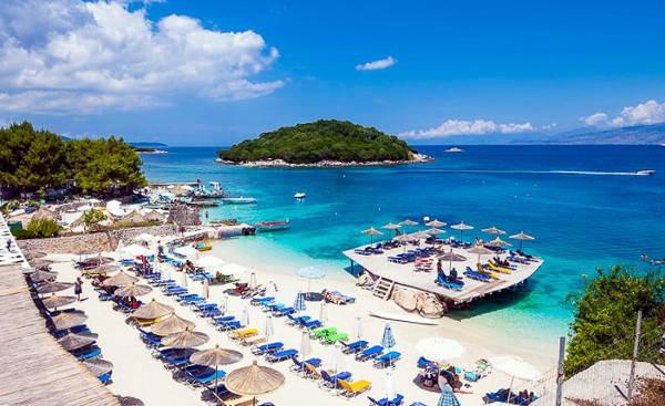 Ksamil sulla costa albanese, con spiagge da sogno e isolette bellissime.