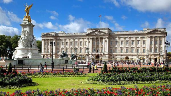 Buckingham Palace è la residenza ufficiale della regina.