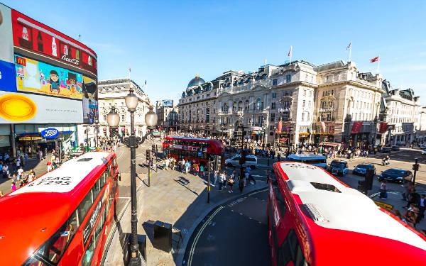 Il trafficato incrocio di Piccadilly Circus, uno dei luoghi più vivaci da vedere a Londra.