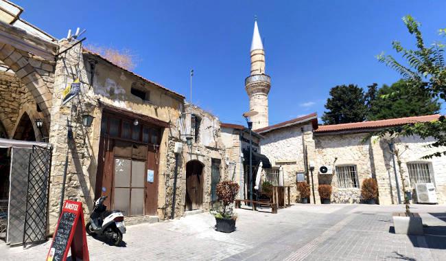 Il minareto della Gran Moschea di Limassol che svetta tra le stradine del centro storico.