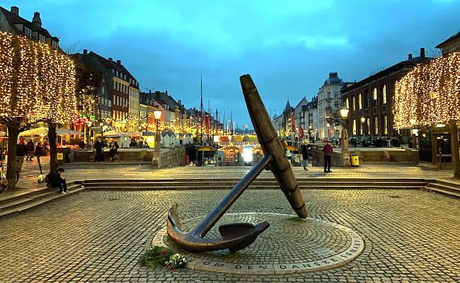 La grande ancora commemorativa Mindeankeret nella zona di Nyhavn a Copenhagen.