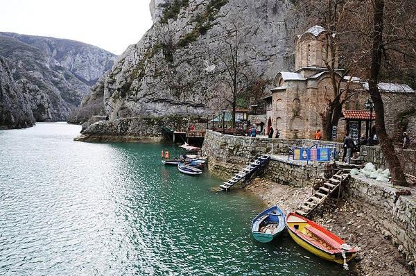 Il monastero di Sant'Andrea nel Canyon Matka, sul fiume Treska nei dintorni di Skopje.
