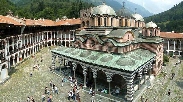 Il monastero di Rila è uno dei monumenti più importanti da vedere in Bulgaria.