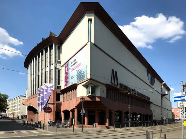 La particolare architettura triangola del Museo di Arte Moderna di Francoforte sul Meno.