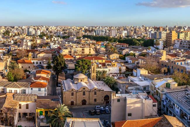 Nicosia, la parte più antica della capitale di Cipro e quella più moderna sullo sfondo.