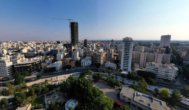 La Torre 25 e altri edifici moderni in costruzione a Nicosia.