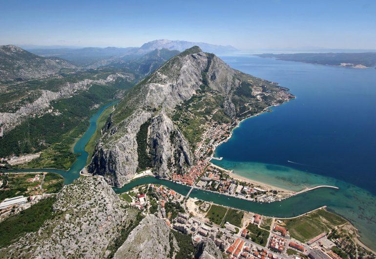 Omis e fiume Cetina in Croazia.