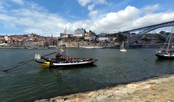 Vista di Oporto con ponti e barche.