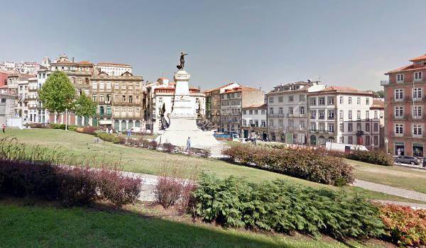 Piazza con il parco difronte Palacio da Bolsa a Oporto.