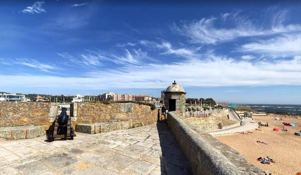 Vista della città e della spiaggia dai bastioni del Castelo do Queijo.
