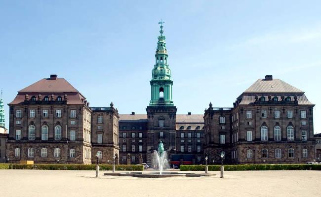 Il Palazzo di Christiansborg a Copenhagen, sede anche del Parlamento danese.