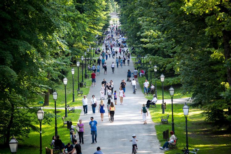 Un viale dove passeggiare nel Parco Maksimir di Zagabria.