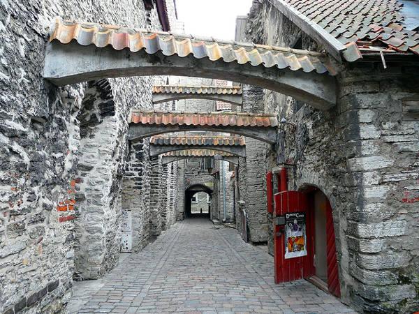 Il Passaggio di Santa Caterina nel centro storico di Tallinn.