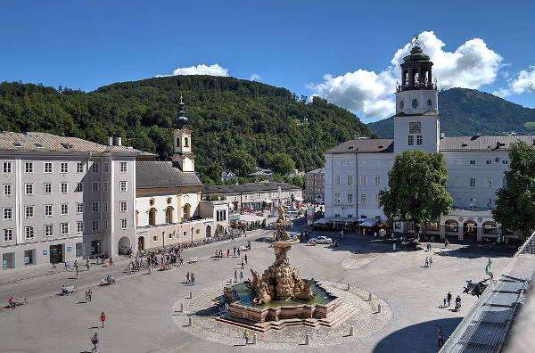 La piazza con la fontana e il Palazzo della Residenza a Salisburgo.