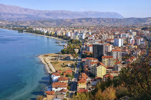 La città di Pogradec affacciata sul lago di Ohrid.